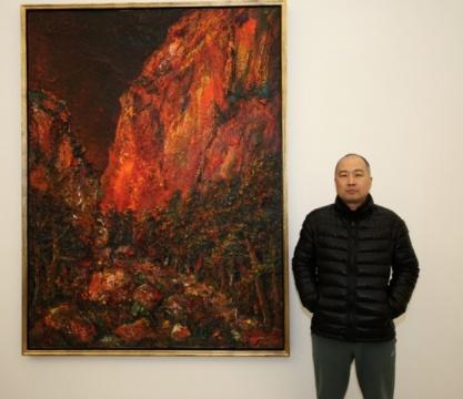 艺术家尹朝阳在其作品前合影