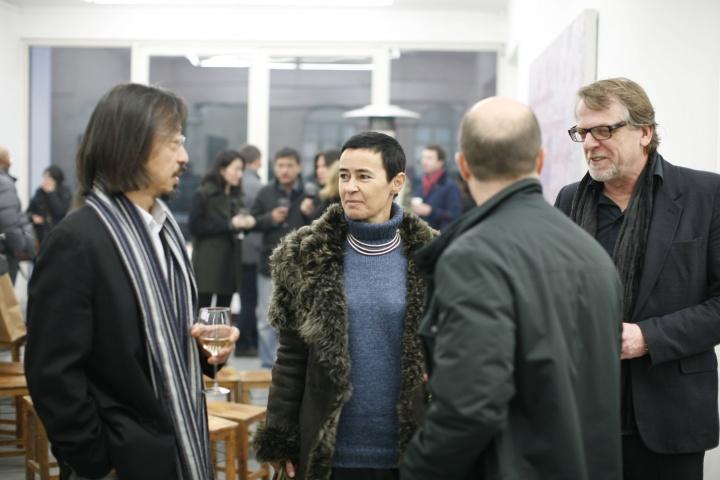 黄锐、博而励画廊负责人Waling Boers(右一)及展览开幕到场的友人