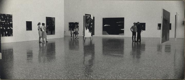 1966年休斯顿美术馆举行的苏拉日回顾展 © Soulages Archives, Paris