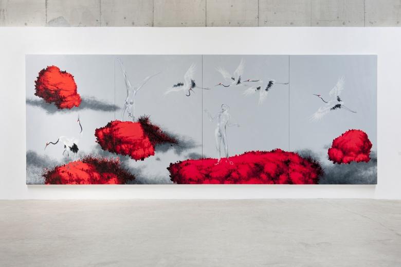 红色的大块使用,黑白灰的画面主体呈现出近似水墨的质感,仙鹤松石等