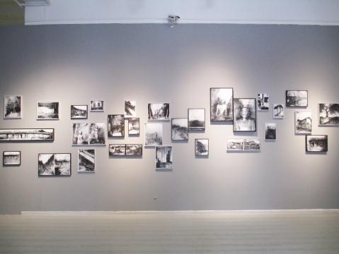 何晋渭的作品,尺寸大小不一,远观像是一张张黑白照片