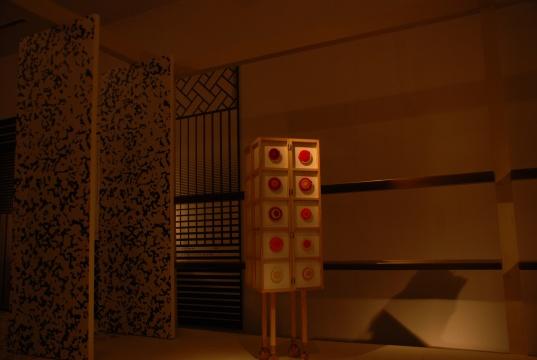 在绘图者的集会中,帕维尔阿瑟曼邀请美术馆观众在展厅内的地面和墙壁上自由绘画,通过彼此之间绘画手势的交互进行沟通,为参与者创造一个对话的情境;其最终形态是一种民主模式的视觉交谈,去阶级化、超越于艺术家的控制之上。而帕维尔团队中出色的大提琴手的即兴演奏也为这个UCCA的项目增添了许多丰富的体验。另一展览威尼斯人则源于阿瑟曼对社会性和在地雕塑的兴趣。这件作品是为2013年第55届威尼斯双年展所作,他翻铸了90位当地居民的脸和手,然后用厚塑料带缠绕制成身体,接在翻铸的脸和手上,将现实主义的面孔和肢体与鬼魅
