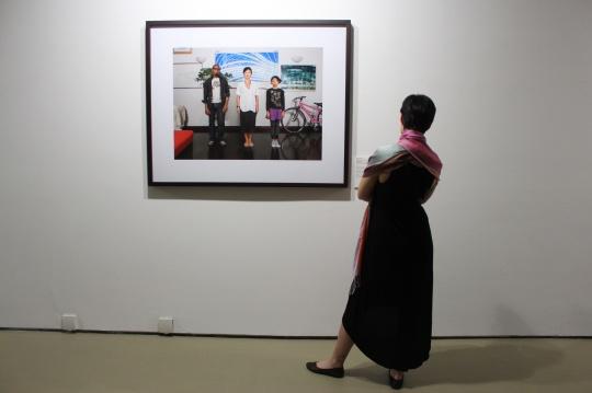在中国的今日美术馆,一位老外在看老外,我在看她看他们