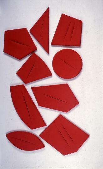 结合裂痕与破洞的作品《Concetto spaziale, I quanta》 © Fondazione Lucio Fontana, Milano / by SIAE / Adagp, Paris 2014