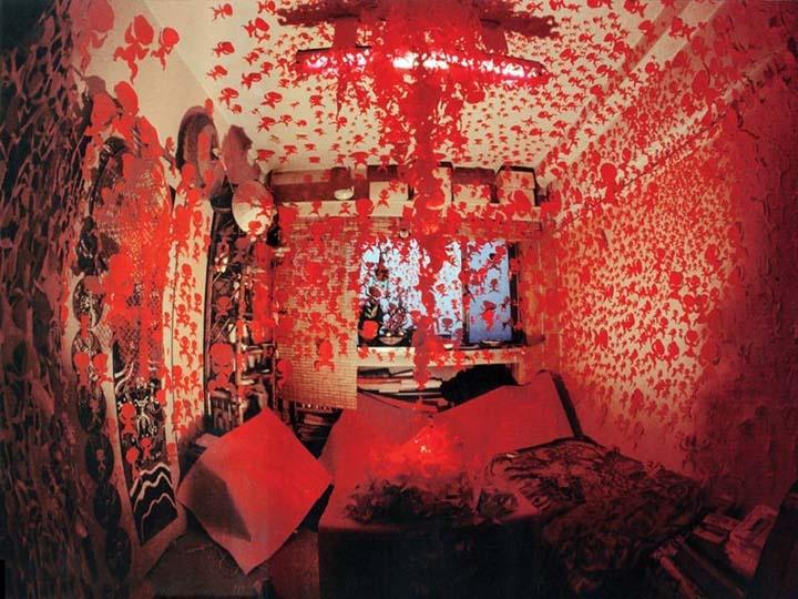 """房间屋顶及四周墙壁布满小红人,用以召回逝去的灵魂。该时期基本确定小红人的造型样式,正面对称、双腿叉开、两臂微张、顶天立地。小红人的""""正形""""与""""负形""""象征也对应着人的灵魂与肉体,分离的同时即意味着归位。"""