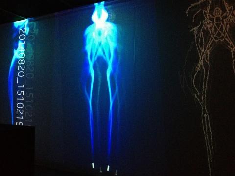 水谷出与日荣一雅联合创作的视频及声音互动装置《SHIFT》