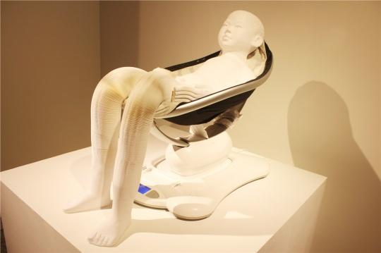 李洪波的纸雕塑本次展出了两件