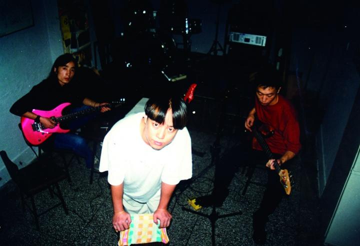 99年-沈晓彤·马达(邱黯雄)当时还组建了一支名为『菠菜』的乐队·在小酒馆演出