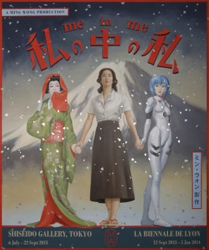 《Me in Me》,黄汉明Ming Wong,三屏录像装置,2013年    作为一个在英国受教育、现今主要生活和工作在德国的华裔血统新加坡艺术家,黄汉明的活跃完全看不到对自身身份和文化的背景因势利导,更说不上羁绊。没有经过专门训练然而却精彩绝伦的表演,看上去是对经典电影片断的再演绎,实则是他对全球化背景下城市文化的深度研究和个人性认知。在Ming那里,全球化不仅不是恶魔,而且丰富鲜活——这全赖于他年轻态的艺术方式。