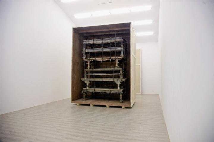 今年九月出现在赵赵个展中被禁锢的老家具