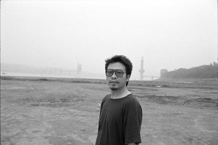罗中立,1994年6月,重庆,背景是一座没有竣工的桥