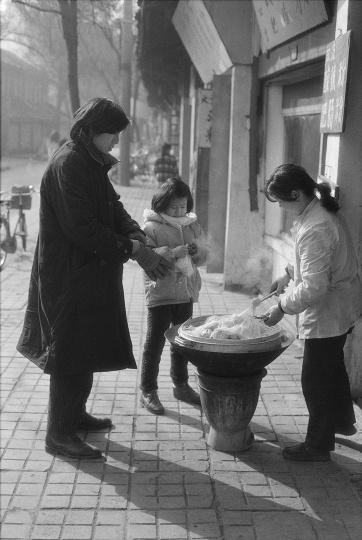 周春芽给女儿褐褐买包子,1992 年,成都