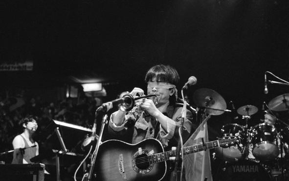 1990年4月,崔健在成都演唱《一块红布》