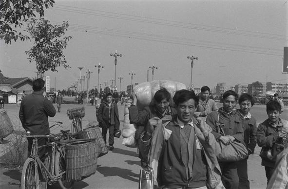 肖全并不只是拍摄过名人肖像,这是他1990年拍摄的成都滨江东路农民大军进城务工的场景