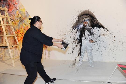"""下午四点准时由李振华""""执笔""""的泼墨,王春辰以身示范的行为正式拉开了第二届CAFAM未来展的序幕。由观众共同参与的公共项目与下一件部分的雨衣与头盔将进行拍卖,所得报酬将支助下一位于未来展中进行创作的艺术家。"""
