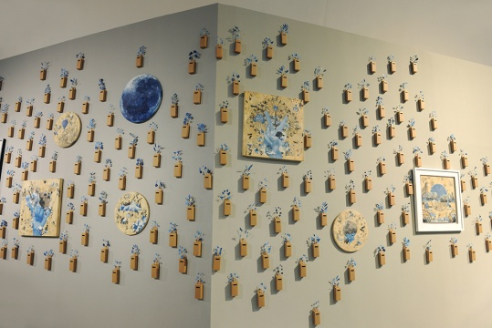来自澳门的艺术家陈佩玲,墙上随风摆动的《蓝上彼丘》,采集自然界中的风光,转换进自我创作之中。蓝色是她记忆中的色彩。