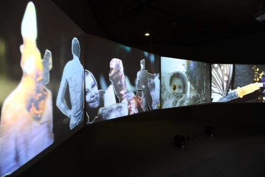 刚获得2014年华宇青年奖评委会全场大奖的90年代艺术家胡为一,此次呈现的作品《低级景观No.1》,在缩小的电影拍摄场景内,由七个摄像头持续的在轨道上对现实中令人感到不安的物质,循环透射在五个屏幕上,成为一个实时拍摄地有剪辑有声音的多频影像。
