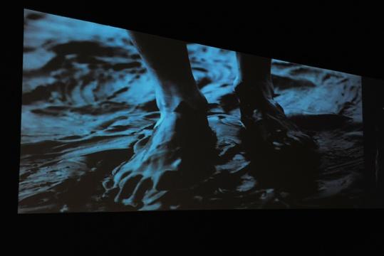 来自90后的艺术家冯冰伊,以其纯熟的录像与影像之间的视觉语言,打破大家对于年轻艺术家掌控力的界限。在其独特的混合剪辑中,找到其世界观的输出口