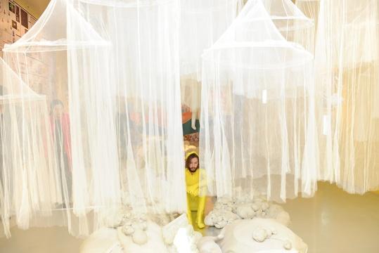 罗苇所建立的自身艺术系统,到最终所呈现的《白色剧场》,就像是一个社会编程,将表演,摄影,绘画,戏剧,声音,装置,空间艺术等输入其中