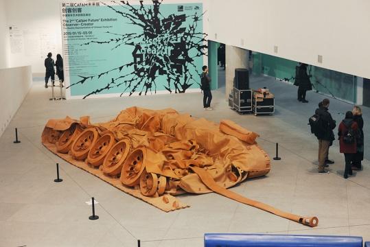 何翔宇依旧是他的《坦克计划》,就这样攻克进了展览大厅的头号作品