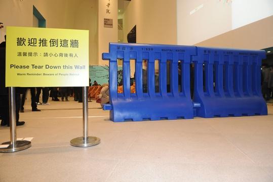 关尚智的作品《水马》茅台与水以1:999的比例注入蓝色装置之中,在展览大厅的入口处,摆放着热情的提示语:欢迎推倒这墙
