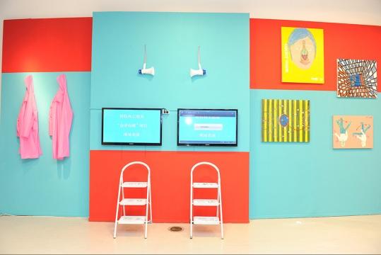 """王懿泉和奶粉周的""""会话绘画""""项目,是继上海首届西岸艺术博览会""""肖像计划""""之后的新项?。采?表演和绘画相结合的展出?方式,去探索这场了无终点的思考。"""