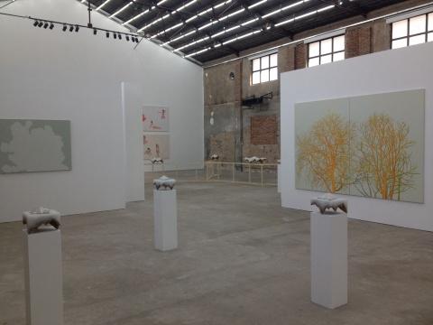 星空间一层张晖的绘画作品与柄泽健介的雕塑作品相呼应