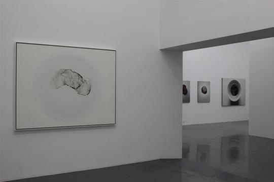 《茶渍》系列,随着观展路线可发现朱昱作品画面中的变化