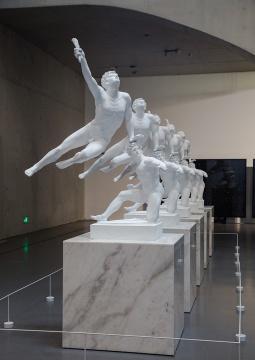 《永生- 马拉松的士兵宣布胜利, 受伤的迦拉太人》 玻璃纤维混凝土、大理石粉、大理石 157 x 96 x 250 cm 2014 没顶公司出品