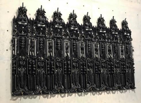 《集团-(禁欲)》 真皮与人造皮革,情趣性爱道具,塑料泡沫,金属,木材  720 x 18 x 320 cm  2014  没顶公司出品