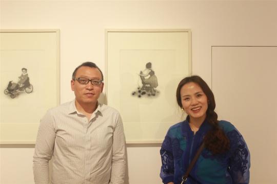 春王炜事件_空间负责人王炜(左)与艺术家