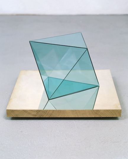 《Edouard》45×40×40cm 玻璃、银、木头2002 ©DieterDetzner