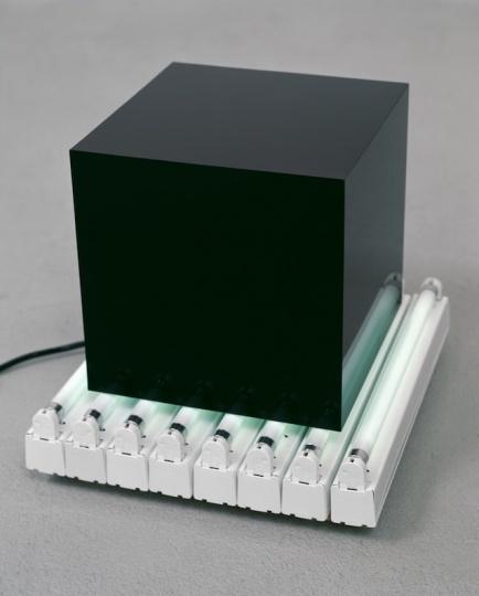 《Jan》45×40×40cm玻璃、霓虹灯2002 ©DieterDetzner