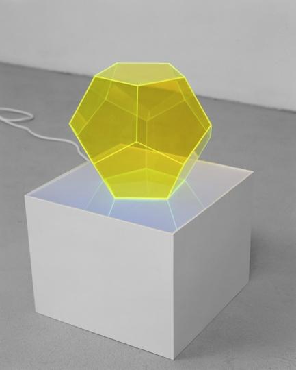 《Constantin》50×32×32cm 有机玻璃、黑光灯、木头 2002©DieterDetzner