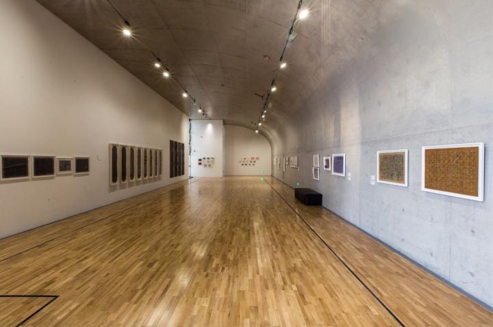 纸本的作品单独陈列在这个展厅中,这些尺寸不大,极具手工感的作品相当迷人
