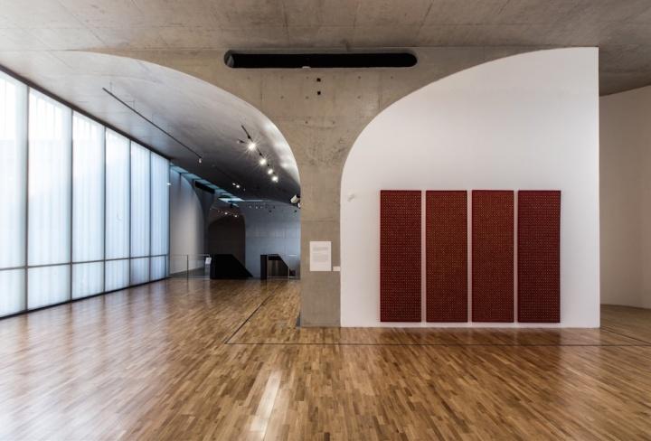 龙美术馆的空间内部多拱形结构,拥有对称,也有正负空间对应