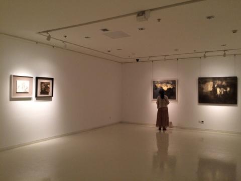 观众在内侧展厅观看作品