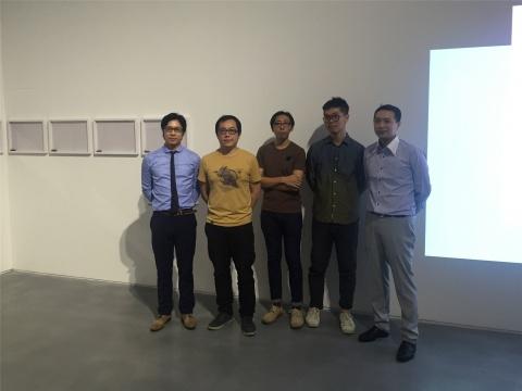 空间负责人李宜霖(左1)、李宜勋(右1)与三位到场艺术家合影,艺术家由左至右依次为:许家维、黄荣法、朱骏腾