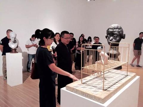 艺术家金钕在开幕现场与大家交流作品心得