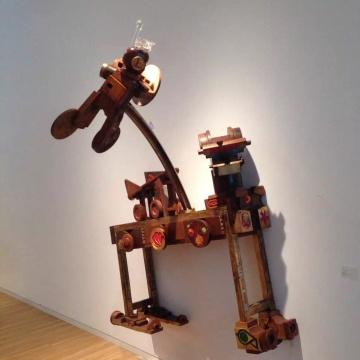 王迈 《军工之星戏油龙》180 × 135 × 160cm  旧木模、木材、水晶  2013