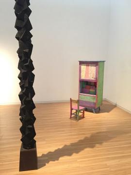 王礼军  左 《盲》 40 × 40× 230cm  樟木  2014  右 《礼物》 尺寸不定  粉笔、纸盒、木椅、木柜  2014