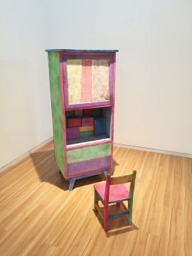王礼军 《礼物》 尺寸不定  粉笔、纸盒、木椅、木柜  2014