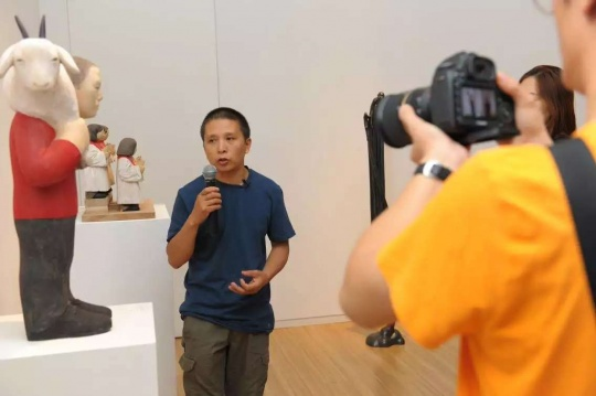 艺术家任俊华为现场观众及媒体解读自己的作品