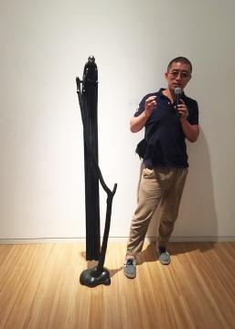 艺术家张勇为现场观众及媒体解读自己的作品