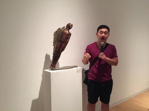 艺术家闫磊为现场观众及媒体解读自己的作品