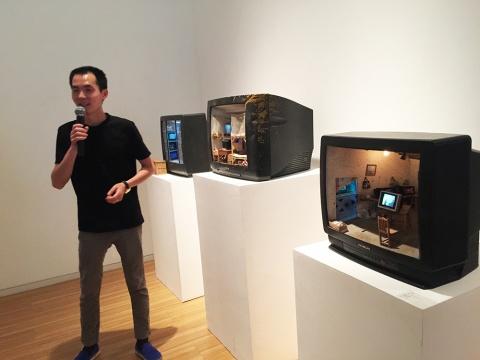 艺术家张湘溪为现场观众及媒体解读自己的作品