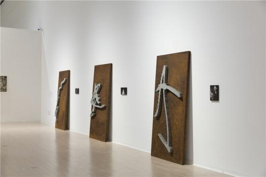 李舜2015年作品《瞬间的永恒》,材料为相纸、混凝土、考顿钢