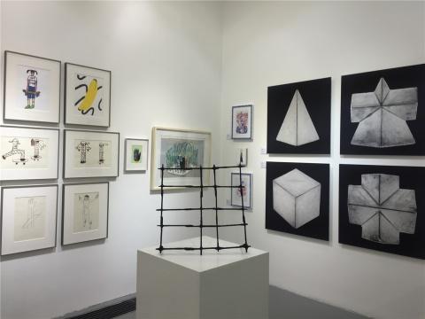 展厅一角,中间为那布其作品《物体》,右侧为张怀儒作品《复合型1》
