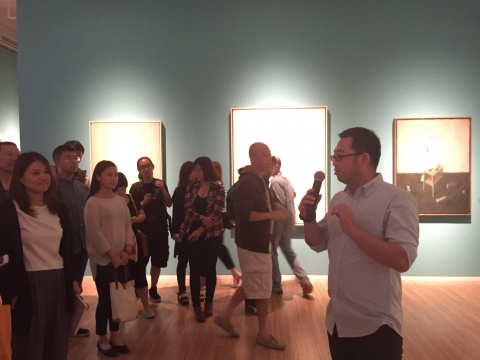米杰向观众讲解作品