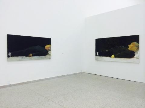 张恩利作品现场,(右)张恩利《母亲的画像》130cm×240cm 布面油画 2004/(左)张恩利《像标本一样去世的母亲》104cm×198cm 布面油画2004